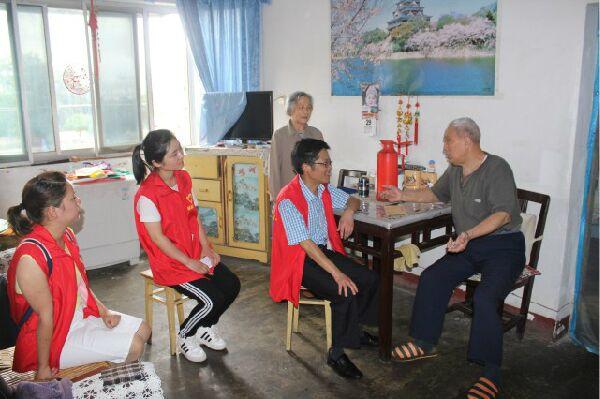 活动中,党员志愿者分别上门走访慰问了陶盛文,刘昌鹤,汪克喜等10名